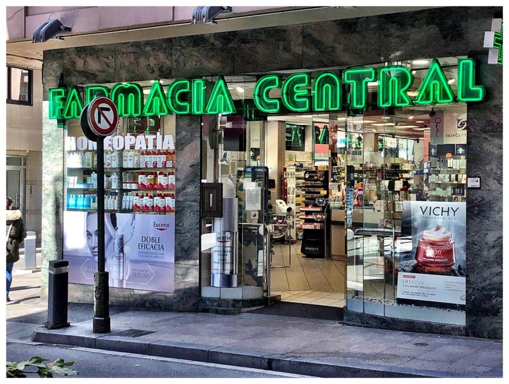FARMÀCIA CENTRAL ANDORRA. Bra. Riberaygua, 20. AD500 Andorra la Vella - T. (+376) 805 380 . - http://www.farmaciacentralandorra.com -FARMACIA CENTRAL ANDORRA. Homeopatía, Dietética, Parafarmacia, Fitoterapia, Medicamentos Internacionales, Homeopatía y oligoelementos, Nutrición, dietética y fitoterapia, óptica y ortopedia. Farmacia Venta Online . HORARIOS: De lunes a sábado: de 9:30hs a 21hs - Domingos: de 9:30hs a 14hs. No cerramos a mediodia. info@farmaciacentralandorra.com - http://www.farmaciacentralandorra.com - WhatsApp 00376615615 . Farmacia Central Andorra, es una farmacia situada en el centro de Andorra la Vella detrás del Antiguo Escale ahora nuevo Super U, con más de 30 años de especialización en homeopatía, donde podrá encontrar todas las novedades del mercado farmacéutico y para farmacia. Bajo la dirección de la Lda. Farmacéutica Colegiada Mª Elena Fruitet, con un equipo que ofrece un trato y asesoramiento profesional, con una agradable atención personalizada sobre qué complementos alimenticios podemos usar y para qué cosas o necesidades son aconsejables y con una gran disponibilidad de productos de parafarmacia, cosmética, homeopatía y medicamentos. No dude en visitarnos. Amplio stock de productos en todos los ámbitos del sector de la ParaFarmacia en Andorra: belleza e higiene, dermocosmética, homeopatía, oligoelementos y medicamentos. Disponemos de una completa oferta de productos prenatales e infantiles. En cuanto a nutrición, dietética y fitoterapia, en Farmacia Central Andorra se pueden encontrar probióticos, vitaminas, minerales, complementos nutricionales para la ansiedad, el insomnio como la Melatonina importada directamente de Estados Unidos, el nerviosismo, antioxidantes, etc. También disponemos de especialidades extranjeras (Consulte) Los medicamentos sólo disponibles con receta médica de médico colegiado. En definitiva, una gran variedad de productos para la salud y la calidad de vida. Y, además disponemos de una página web: www.farmaciacentr